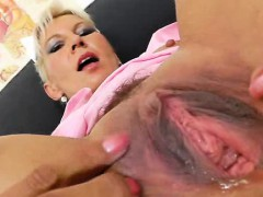 Blonde amateur-mom playing plus a spekula