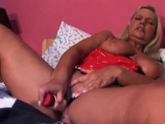 Blonde mature hottie fucks herself to orgasm